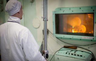 Ученые Института реакторных материалов провели испытания радиоционно-защитных стекол нового поколения