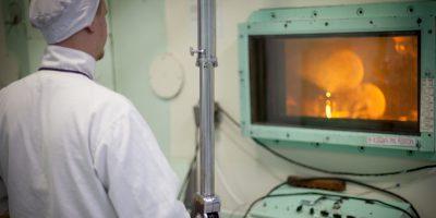 Ученые Института реакторных материалов провели испытания радиационно-защитных стекол нового поколения